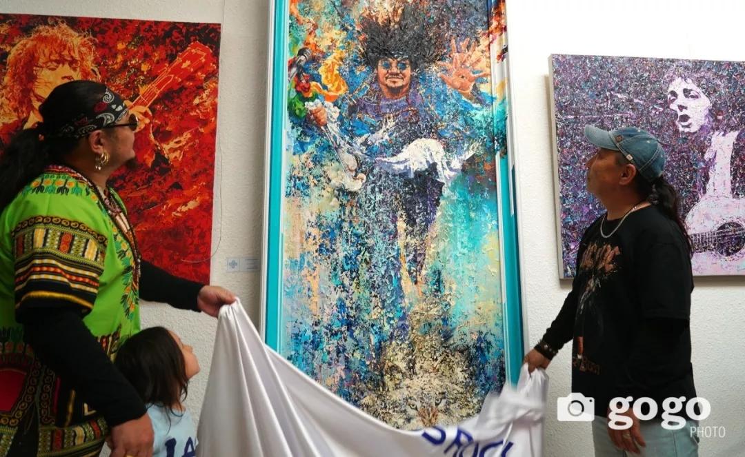 传奇摇滚乐队、流行歌手、艺术家肖像画展在蒙古国开幕20180531_081545_006.jpg