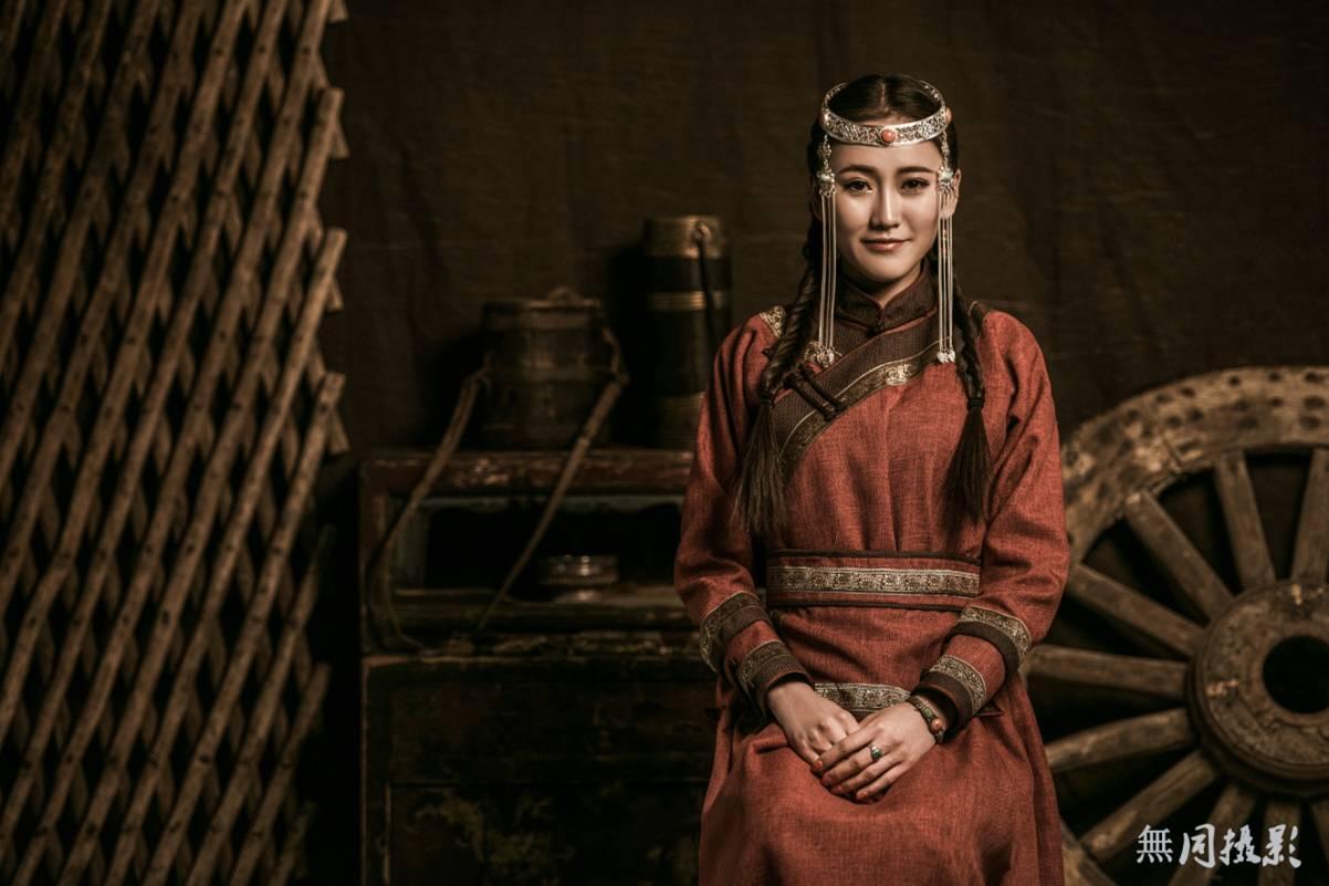 穿蒙古服饰的姑娘,太美了.... 第9张