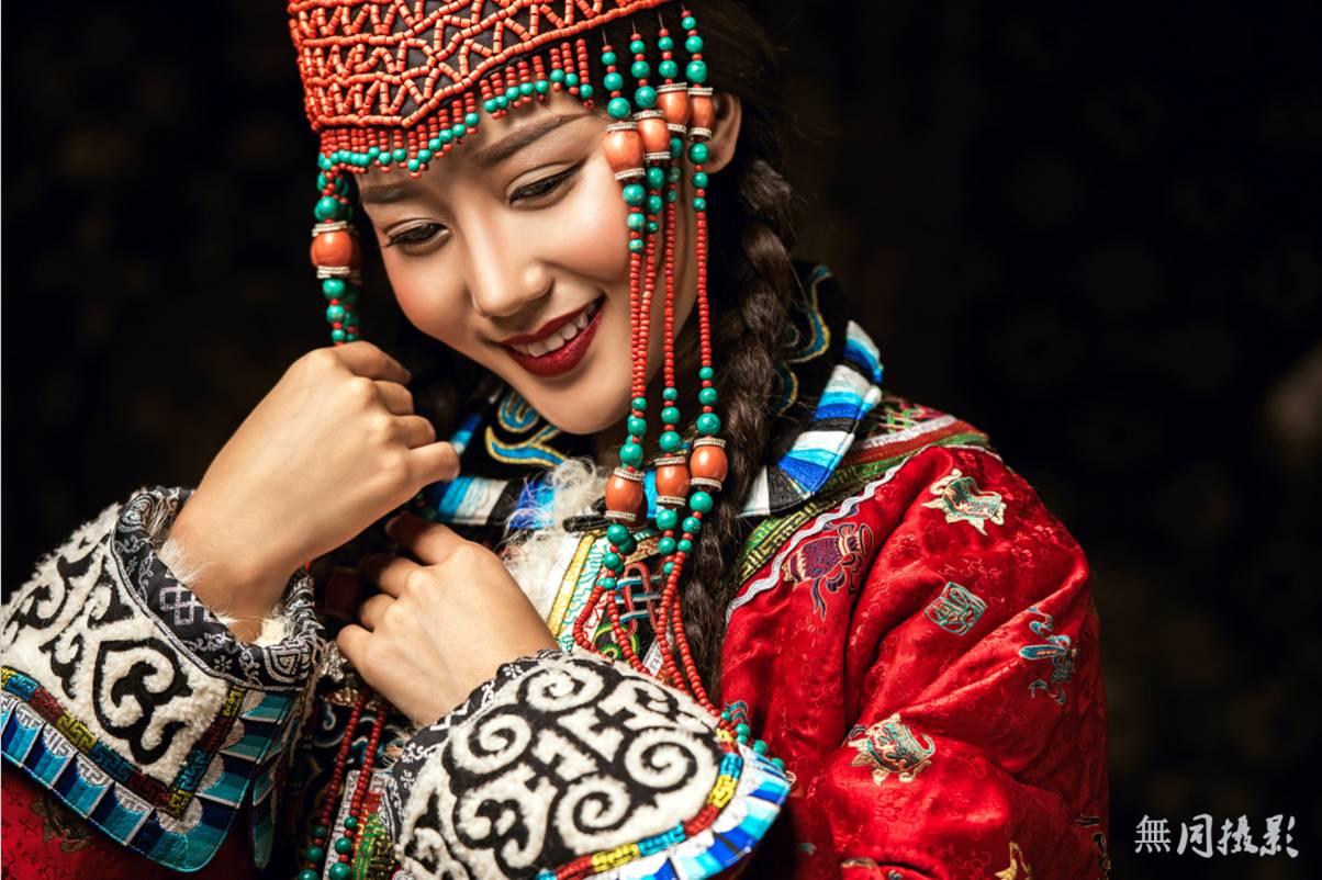 穿蒙古服饰的姑娘,太美了.... 第13张