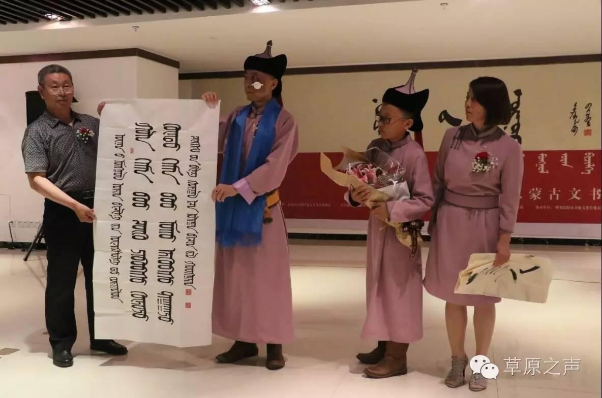 青年书法家乌恩《故乡情》蒙古文书法展在呼和浩特开展 第1张