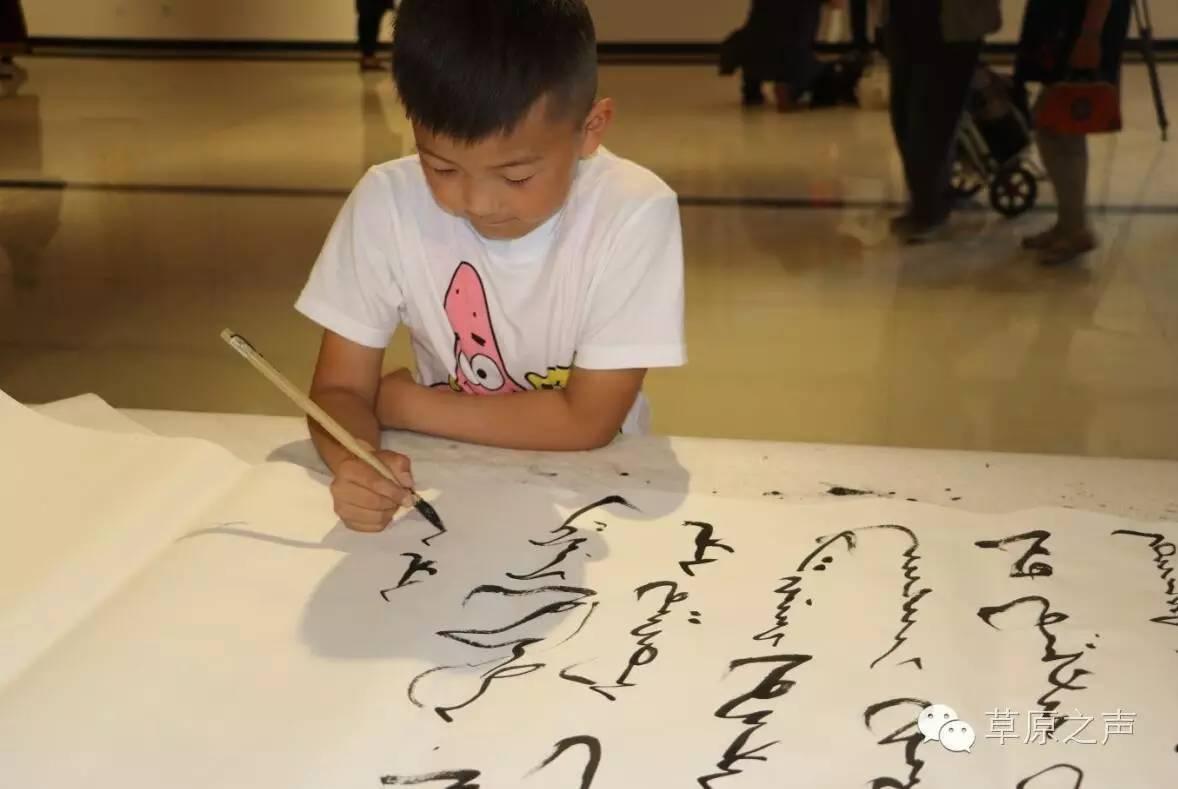 青年书法家乌恩《故乡情》蒙古文书法展在呼和浩特开展 第10张