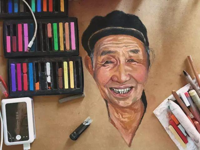 蒙古族美女阿紫亚为额吉绘画的过程,真心了不起 第6张