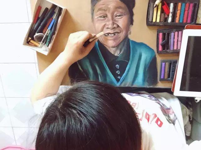 蒙古族美女阿紫亚为额吉绘画的过程,真心了不起 第4张
