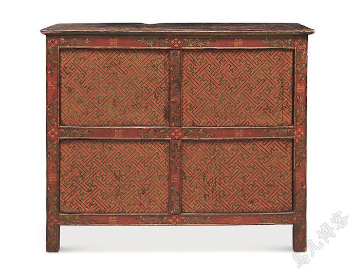传统蒙古式家具上的装饰纹样不仅是艺术价值的体现,也是蒙古民族深厚文化的传承
