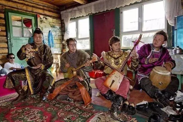 卡尔梅克人主要生活在俄罗斯卡尔梅克共和国,总人口29万人.