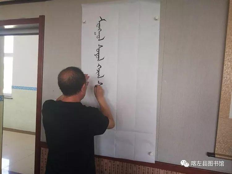 喀喇沁蒙古文书法培训基地举办 蒙古文书法进校园活动 第1张