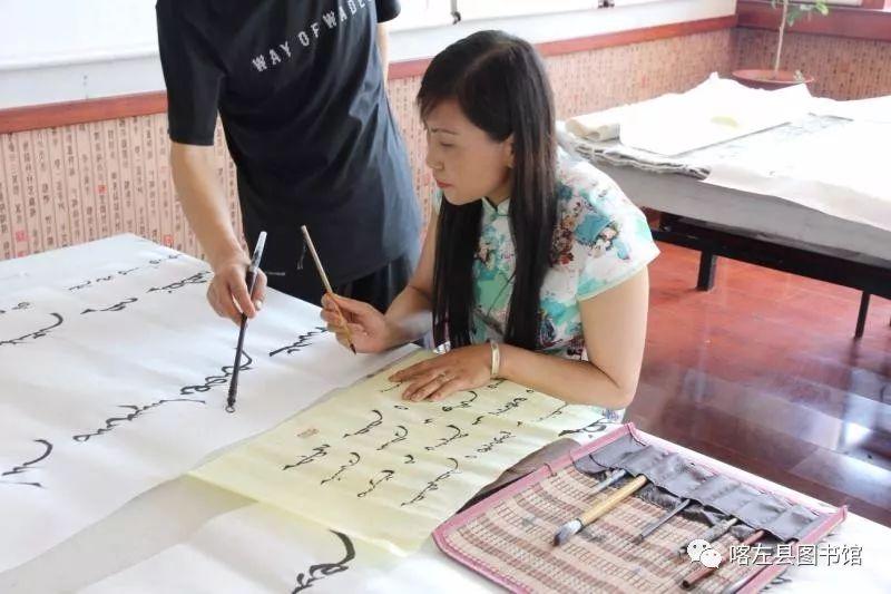 喀喇沁蒙古文书法培训基地举办 蒙古文书法进校园活动 第5张