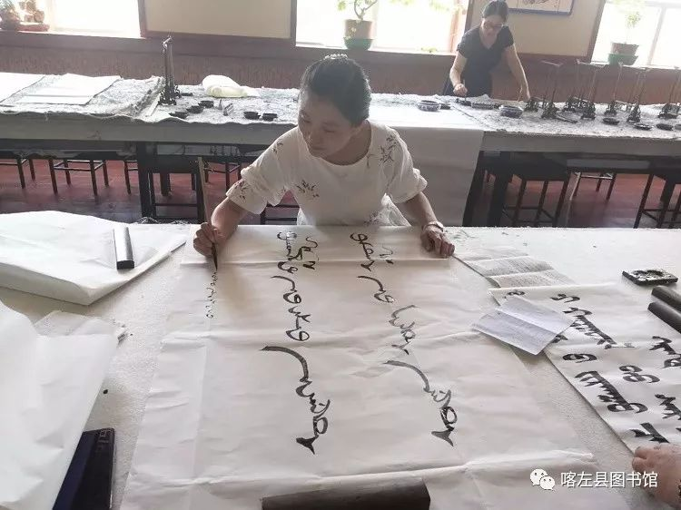 喀喇沁蒙古文书法培训基地举办 蒙古文书法进校园活动 第8张