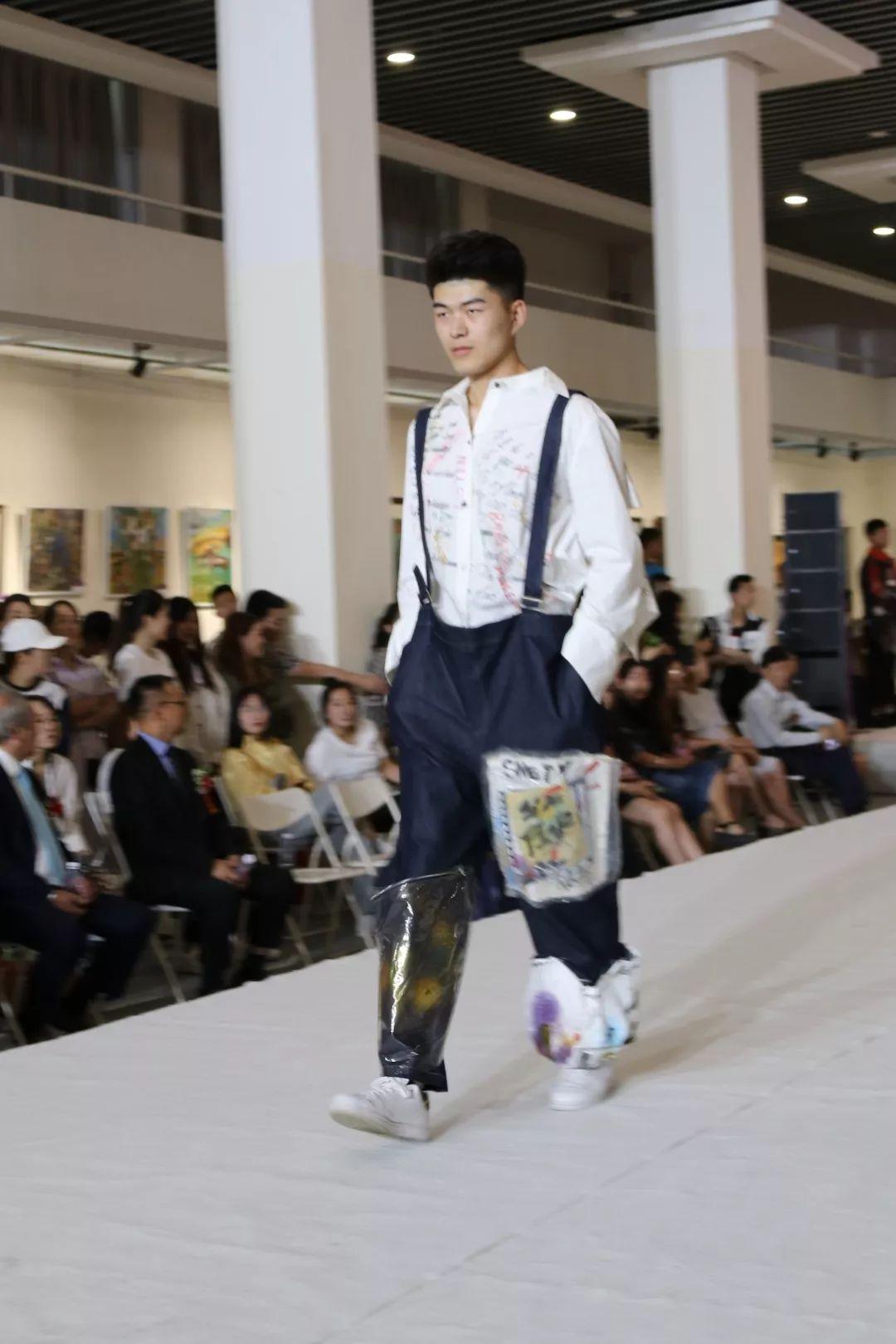 内蒙古大学创业学院与蒙古国高校联合举办设计艺术展 第3张