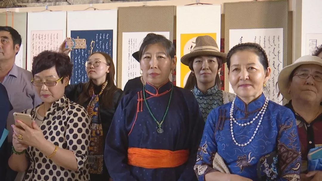 正镶白旗蒙古族女书法家举行新书发布及书法作品展(蒙古文) 第4张