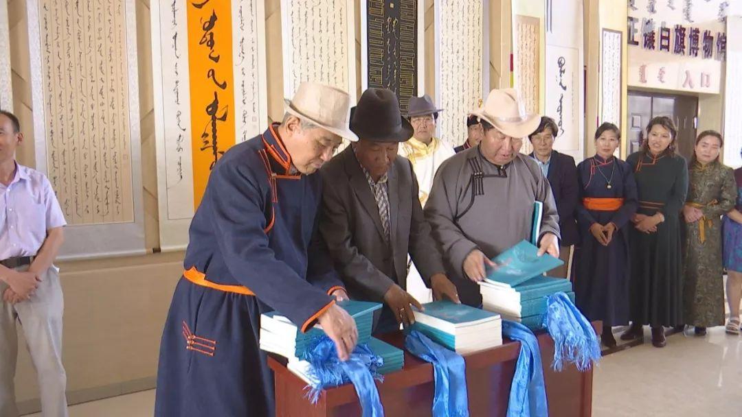 正镶白旗蒙古族女书法家举行新书发布及书法作品展(蒙古文) 第6张