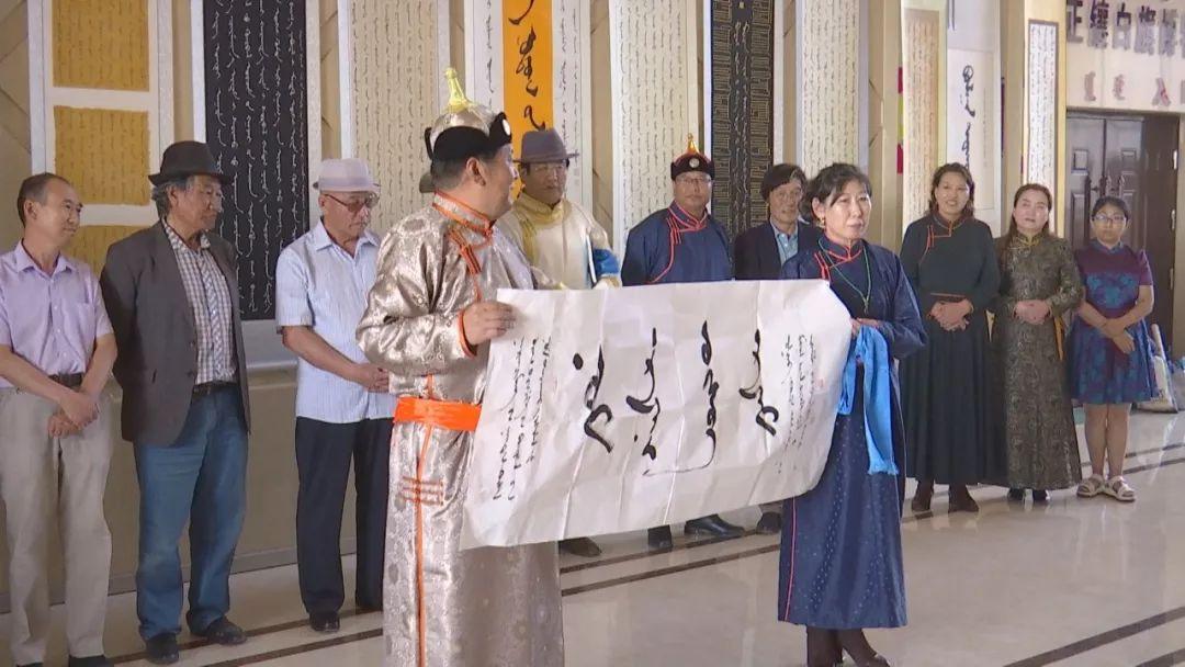 正镶白旗蒙古族女书法家举行新书发布及书法作品展(蒙古文) 第10张