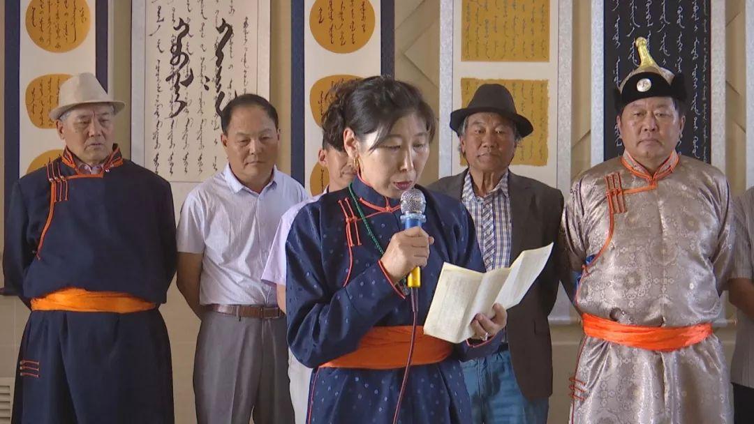 正镶白旗蒙古族女书法家举行新书发布及书法作品展(蒙古文) 第8张