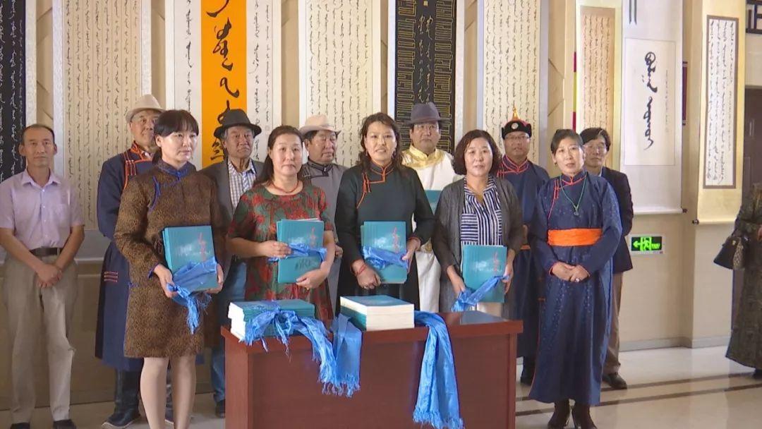正镶白旗蒙古族女书法家举行新书发布及书法作品展(蒙古文) 第15张