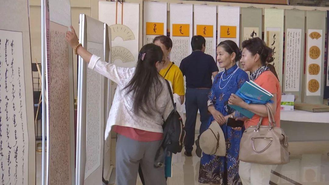 正镶白旗蒙古族女书法家举行新书发布及书法作品展(蒙古文) 第11张