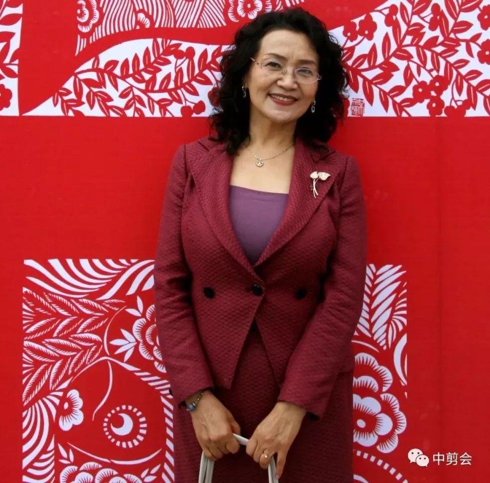游唱游剪——记荣凤敏与她剪纸艺术中的草原风韵 第2张