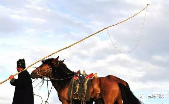 雕花的马鞍 第3张