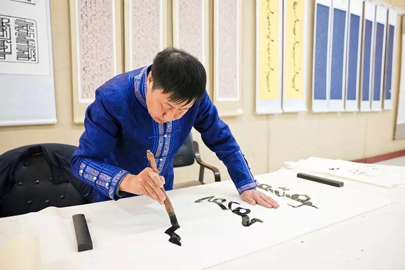 【书城 || 人物】一位蒙古文书法家的情怀 第1张 【书城 || 人物】一位蒙古文书法家的情怀 蒙古书法