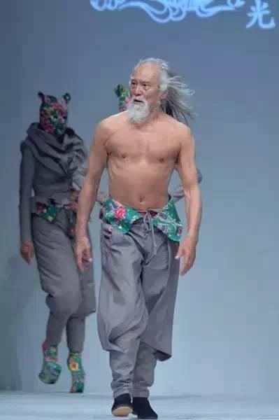 【时尚先锋】惊艳戛纳的花袄出自他手  蒙古族设计师胡社光 第2张