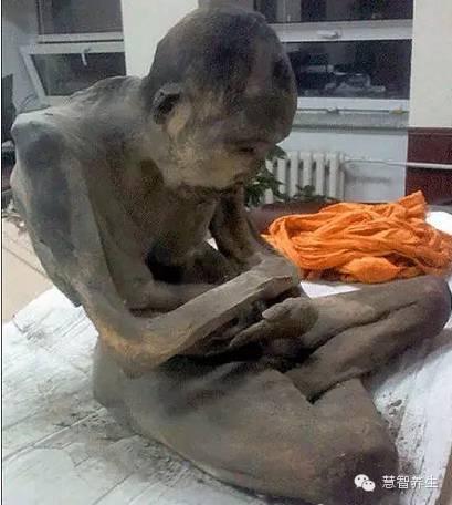蒙古200岁和尚肉身出土 有专家认为或还活着 第2张