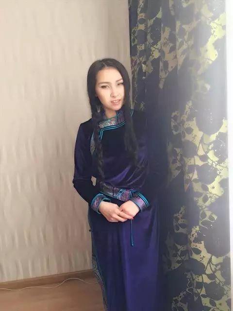 【蒙古服饰图片】蒙古国明星新年装扮 果然是民族服饰最美! 第7张