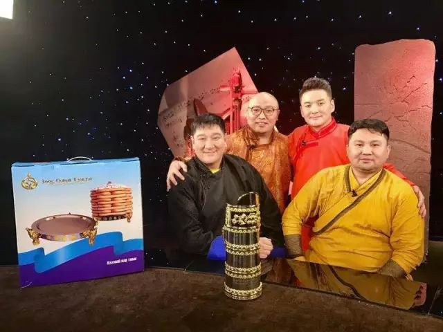 【蒙古服饰图片】蒙古国明星新年装扮 果然是民族服饰最美! 第17张