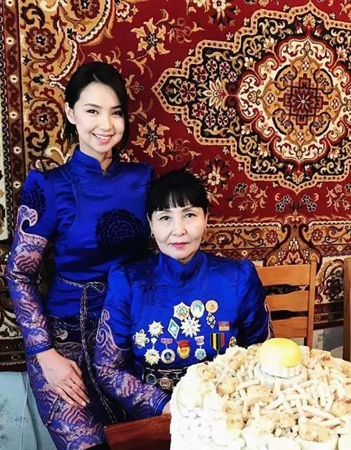【蒙古服饰图片】蒙古国明星新年装扮 果然是民族服饰最美! 第20张