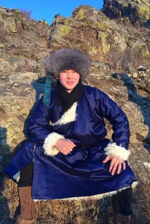 【蒙古服饰图片】蒙古国明星新年装扮 果然是民族服饰最美! 第25张