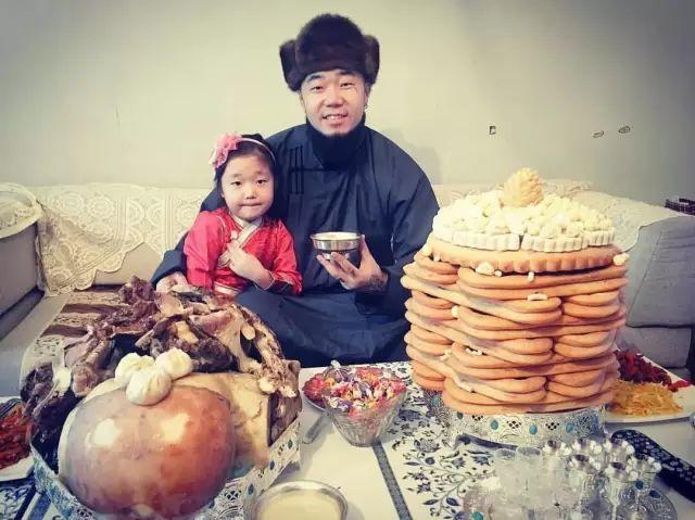 【蒙古服饰图片】蒙古国明星新年装扮 果然是民族服饰最美! 第26张