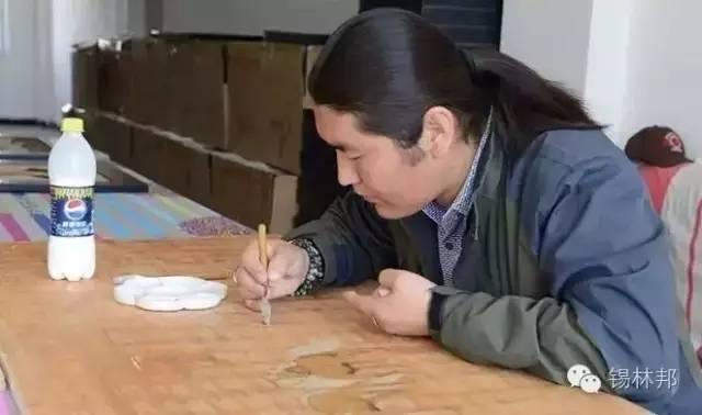 沙画家阿拉塔毕力格:一缕细沙演绎草原游牧生活 第1张