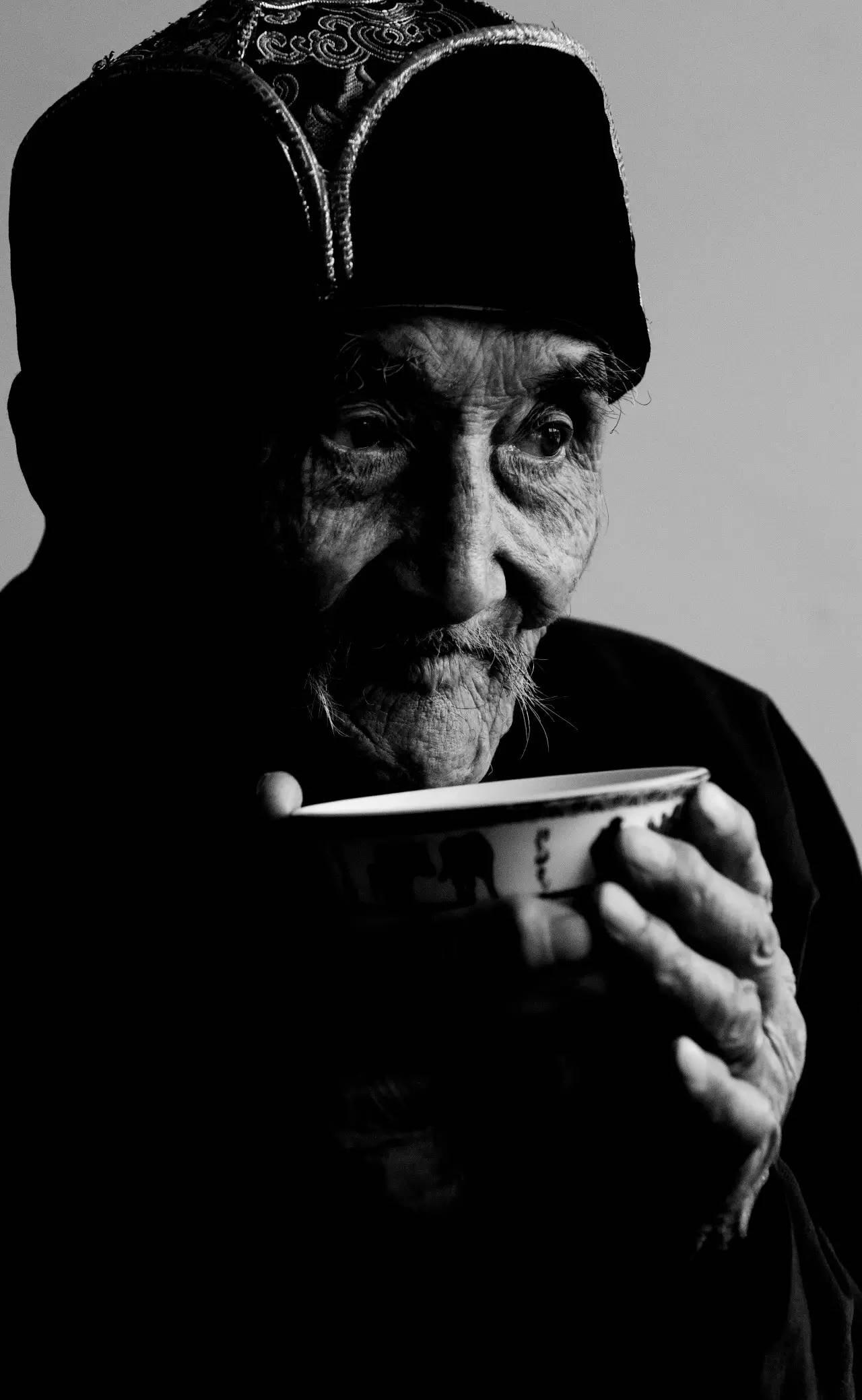 【ANU美图】摄影师吉雅:传统蒙古族牧民黑白纪实作品欣赏 第1张