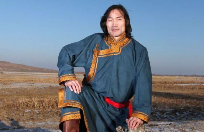 中国当代蒙古族实力派青年画家,雕塑艺术家阿鲁斯