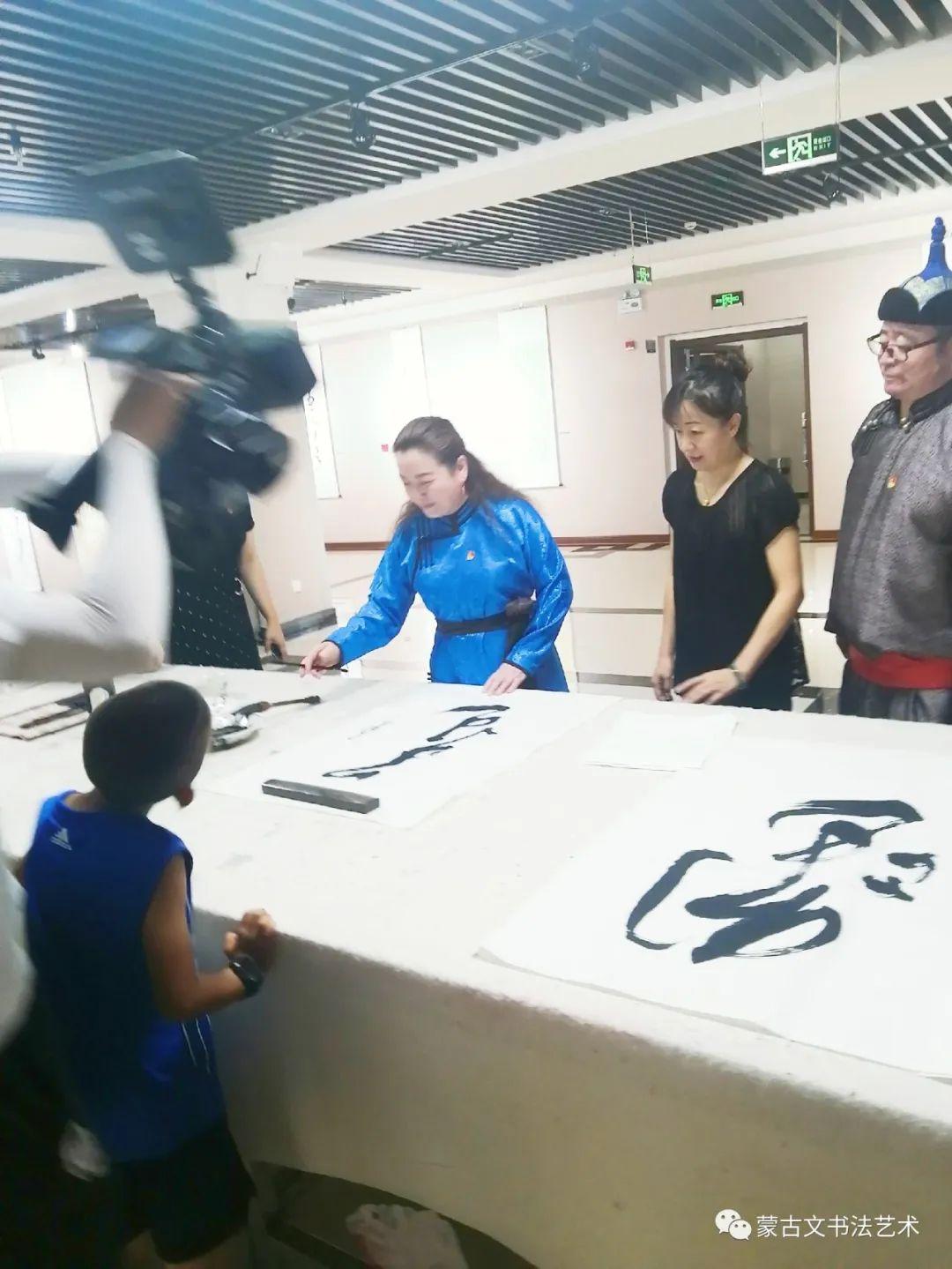 亮丽北疆,纪念建党99周年钢宝力达蒙古文书法展在呼市举行 第3张
