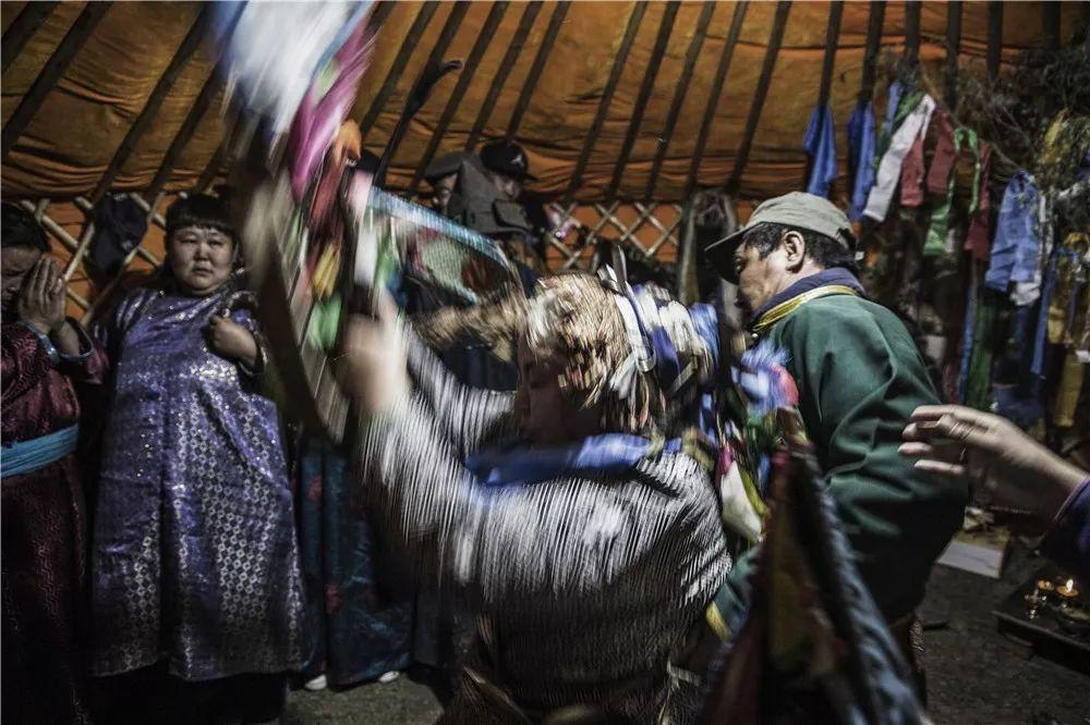 摄影艺术展:呼德尔朝鲁萨满和他的弟子们 第11张 摄影艺术展:呼德尔朝鲁萨满和他的弟子们 蒙古文化