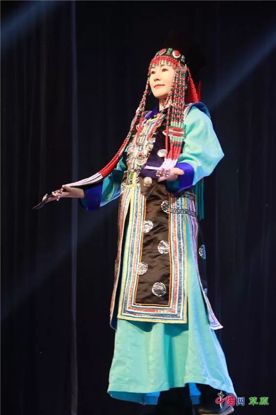 第十六届蒙古族服装服饰艺术节,绚丽多彩的蒙古袍 第2张