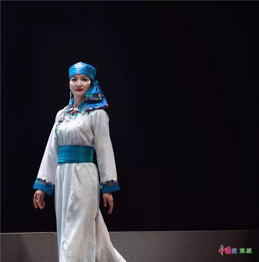 第十六届蒙古族服装服饰艺术节,绚丽多彩的蒙古袍 第3张