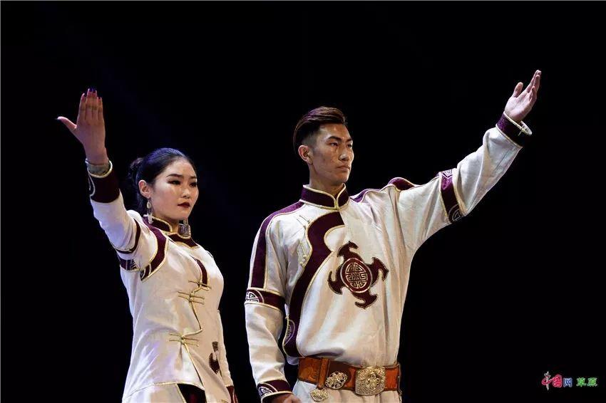 第十六届蒙古族服装服饰艺术节,绚丽多彩的蒙古袍 第7张