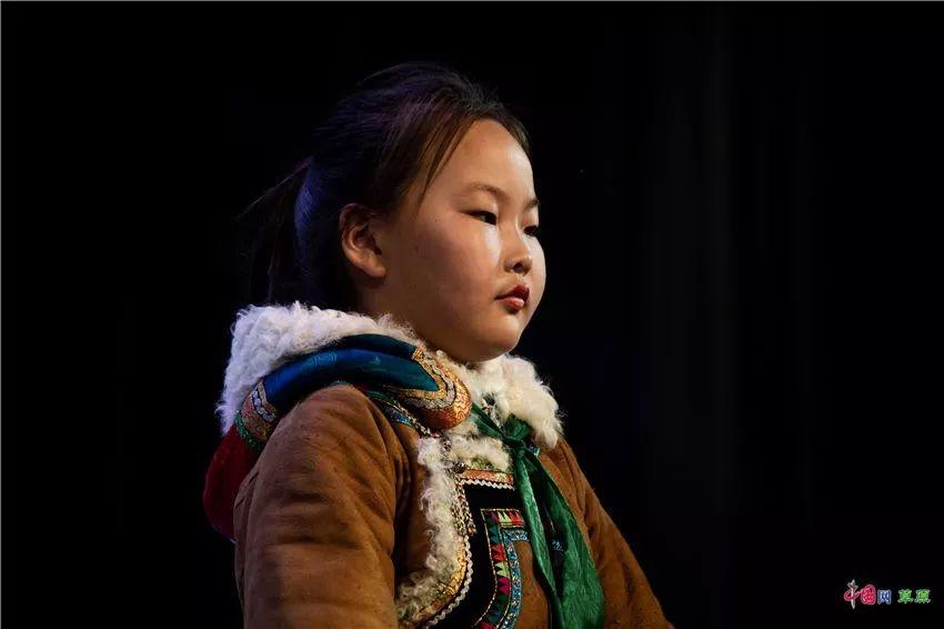 第十六届蒙古族服装服饰艺术节,绚丽多彩的蒙古袍 第8张