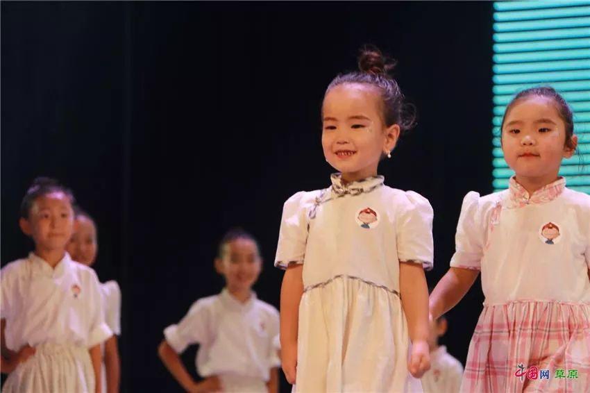 第十六届蒙古族服装服饰艺术节,绚丽多彩的蒙古袍 第6张