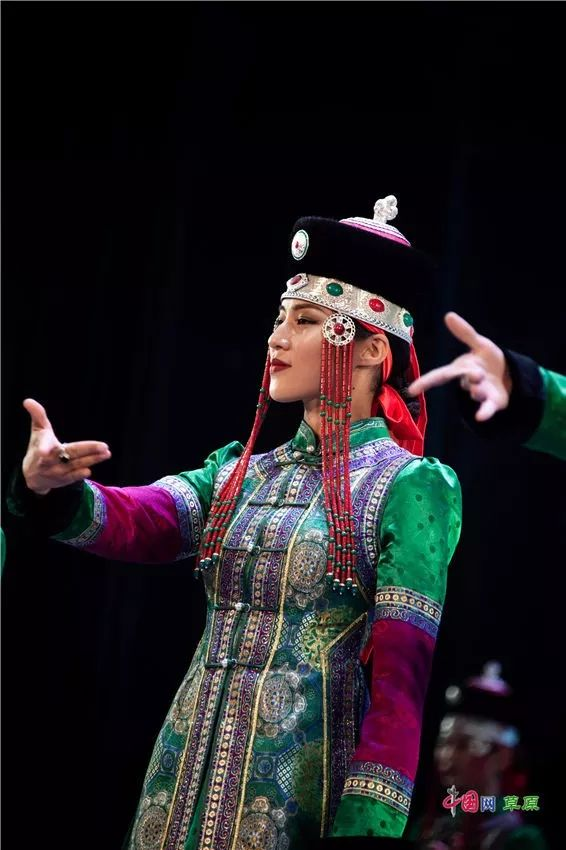 第十六届蒙古族服装服饰艺术节,绚丽多彩的蒙古袍 第11张