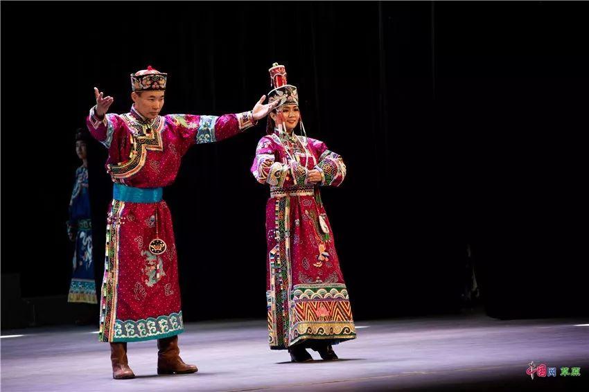 第十六届蒙古族服装服饰艺术节,绚丽多彩的蒙古袍 第10张