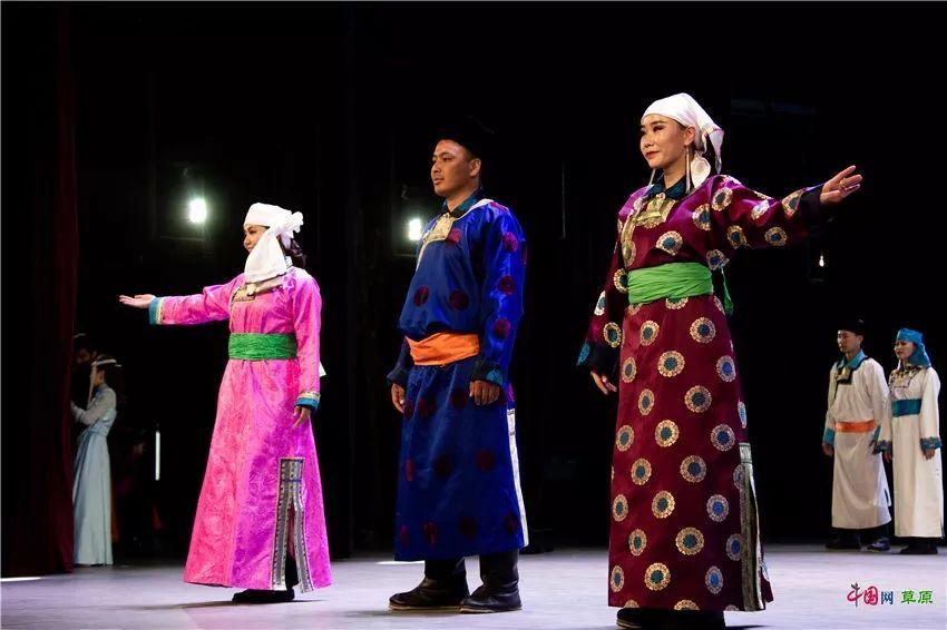 第十六届蒙古族服装服饰艺术节,绚丽多彩的蒙古袍 第13张