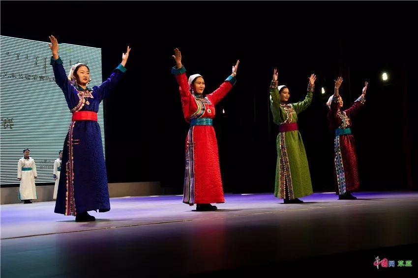 第十六届蒙古族服装服饰艺术节,绚丽多彩的蒙古袍 第14张