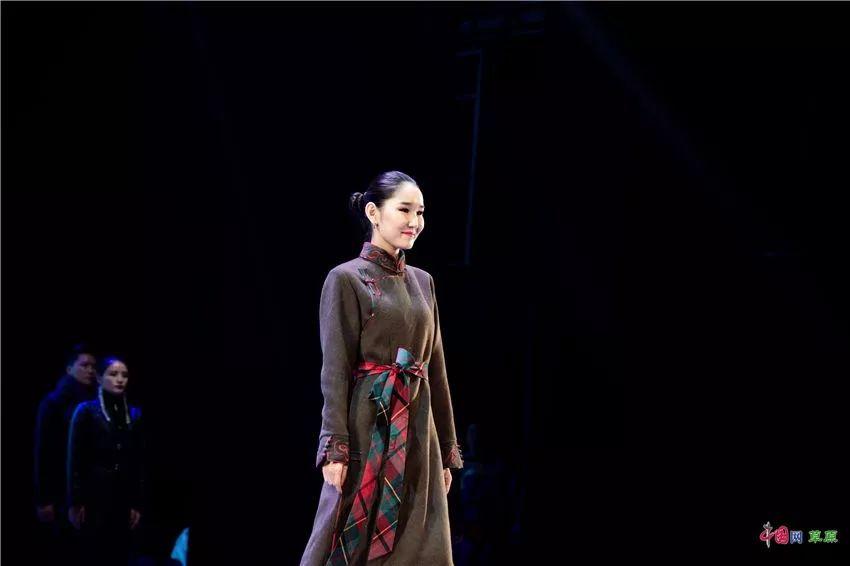 第十六届蒙古族服装服饰艺术节,绚丽多彩的蒙古袍 第17张