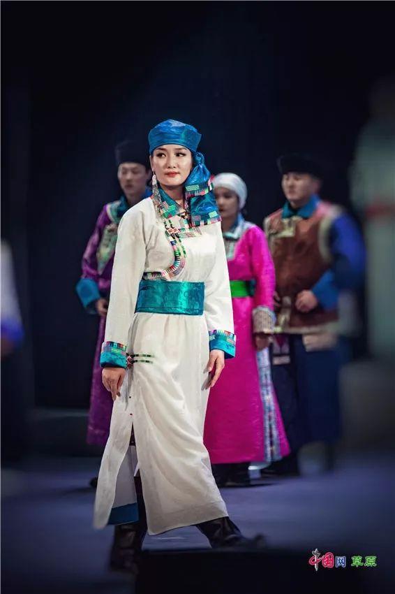 第十六届蒙古族服装服饰艺术节,绚丽多彩的蒙古袍 第19张