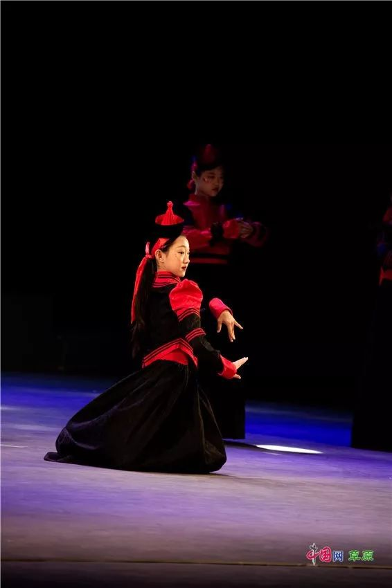 第十六届蒙古族服装服饰艺术节,绚丽多彩的蒙古袍 第18张
