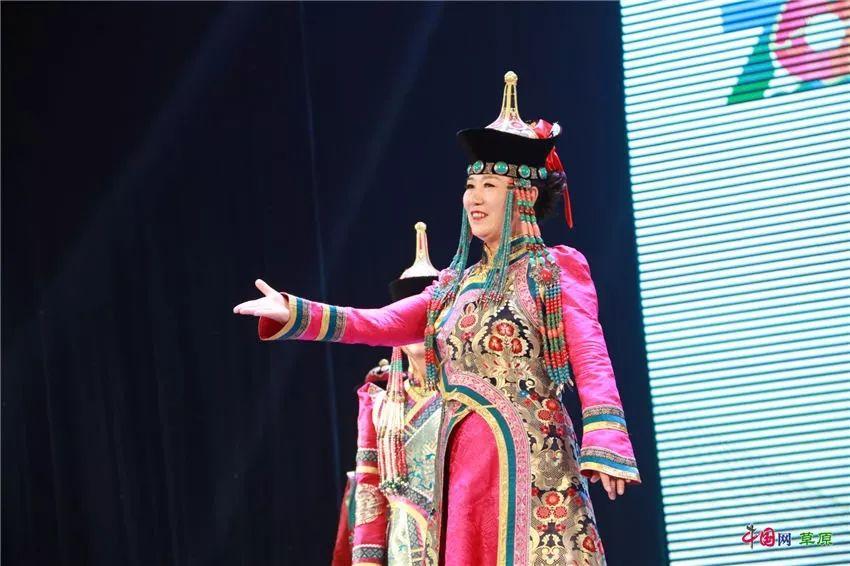 第十六届蒙古族服装服饰艺术节,绚丽多彩的蒙古袍 第22张