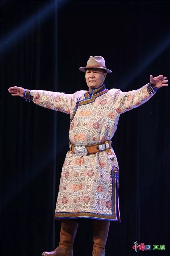 第十六届蒙古族服装服饰艺术节,绚丽多彩的蒙古袍 第23张