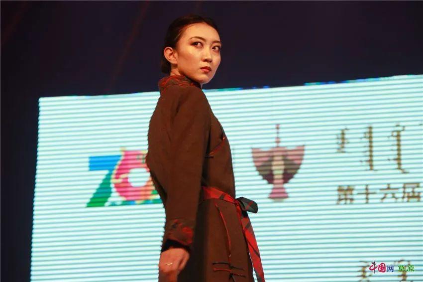 第十六届蒙古族服装服饰艺术节,绚丽多彩的蒙古袍 第26张