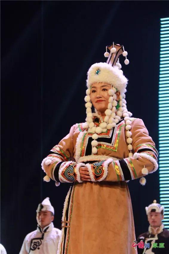 第十六届蒙古族服装服饰艺术节,绚丽多彩的蒙古袍 第27张